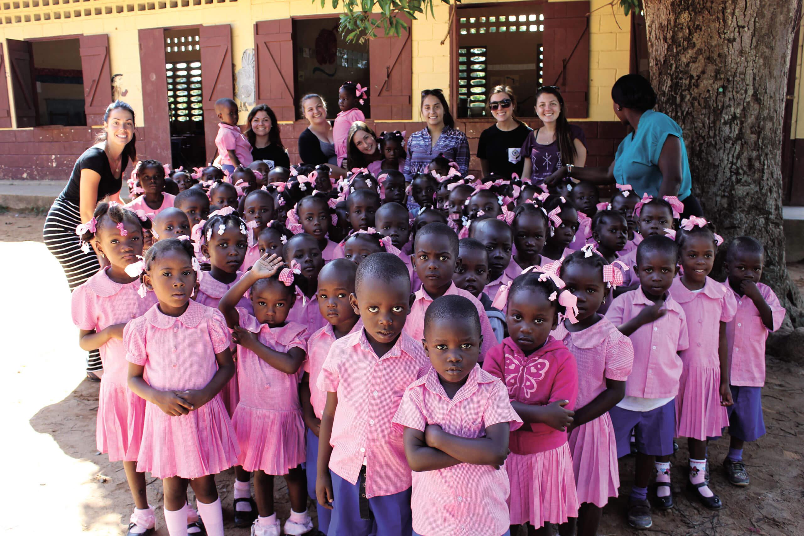 Les étudiantes de l'UQTR avec leur classe en Haïti