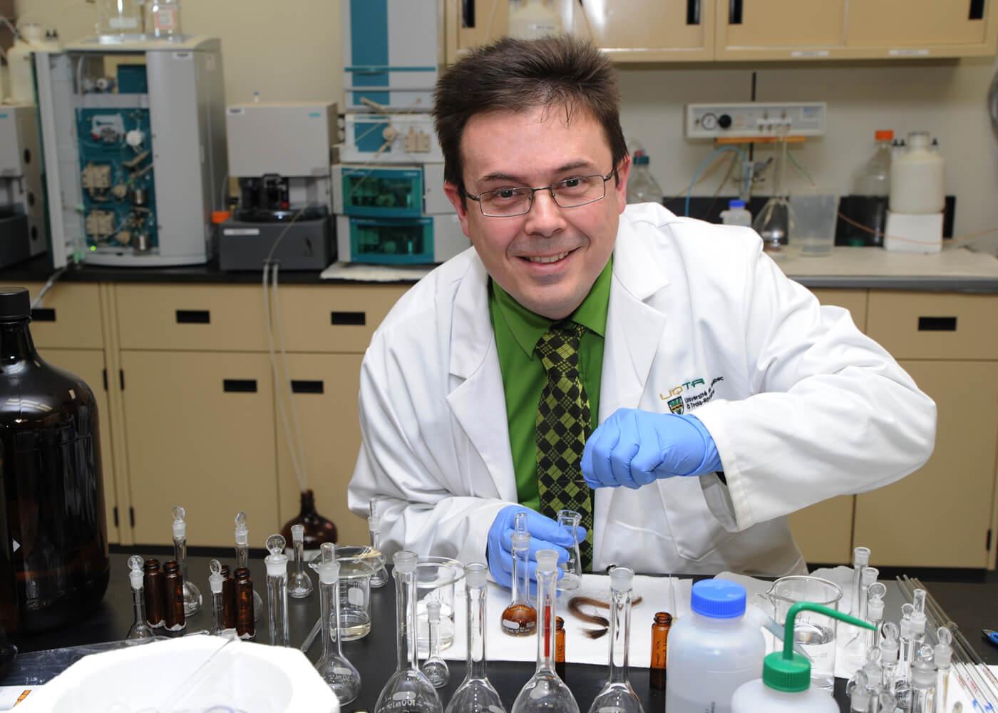 André Lajeunesse est professeur au Département de chimie, biochimie et physique de l'UQTR.