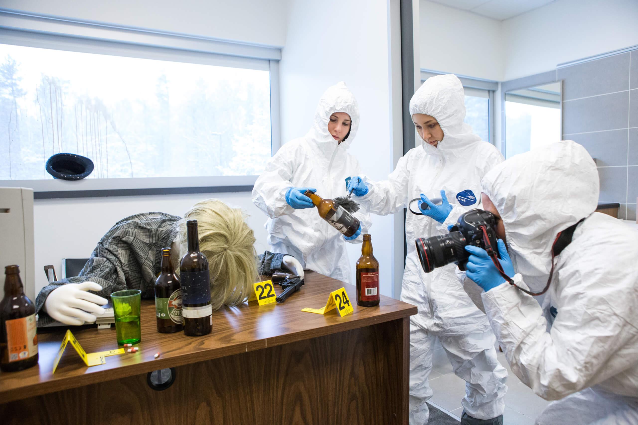 Des étudiantes procèdent à des analyses au laboratoire de scènes de crime de l'UQTR