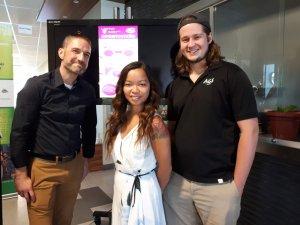 Sur la photo, on voit Yan Martel, conseiller aux Services aux étudiants de l'UQTR, Amélie Trottier-Lacombe, vice-présidente aux affaires socioculturelles de l'AGEUQTR, et Frédéric Thibault, président de l'AGEUQTR.