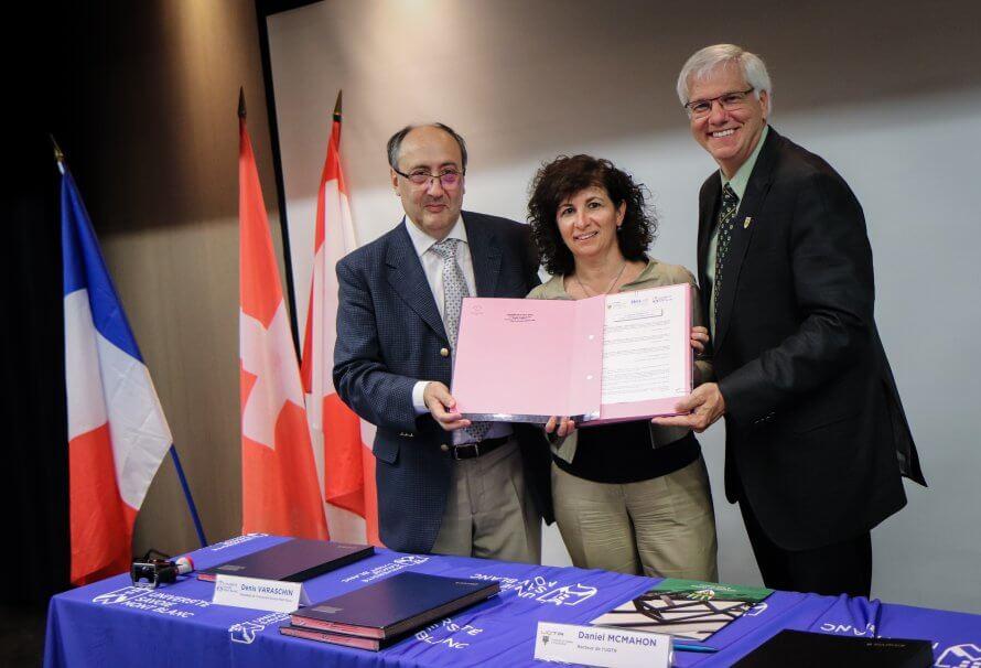 Lors de la signature de l'accord RELIEF le 17 juillet 2018, on reconnaît sur la photo, de gauche à droite : Denis Varaschin, président de l'Université Savoie Mont Blanc, Daniel McMahon, recteur de l'UQTR, et Luciana Vaccaro, rectrice de a Haute école de spécialisée de Suisse occidentale.