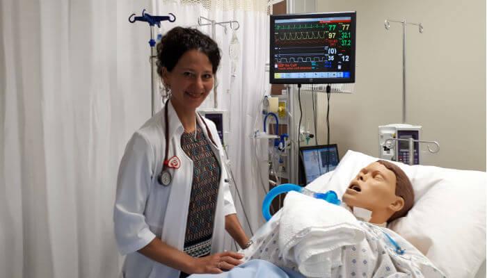 Sur la photo, la professeure Julie Houle se trouve dans les laboratoires du Département de sciences infirmières de l'UQTR.