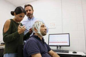 Mesure de l'activité électrique du cerveau produite par la douleur avec l'électroencéphalogramme.