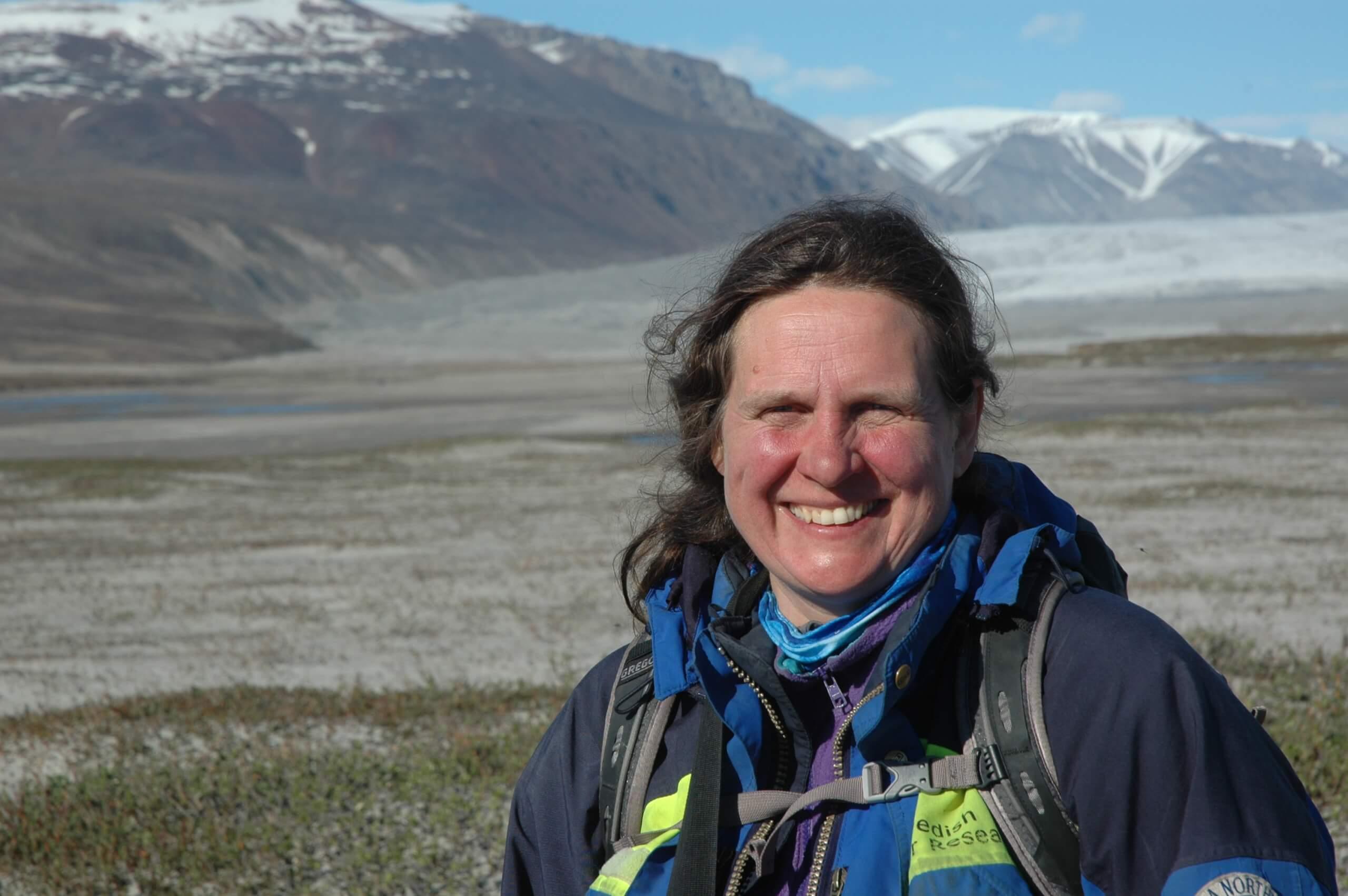 La professeure Esther Lévesque (sciences de l'environnement, UQTR) est photographiée ici dans le parc national Sirmilik (Haut-Arctique), sur les bords de la rivière glaciaire de la vallée Qarlikturvik (île Bylot, Nunavut).