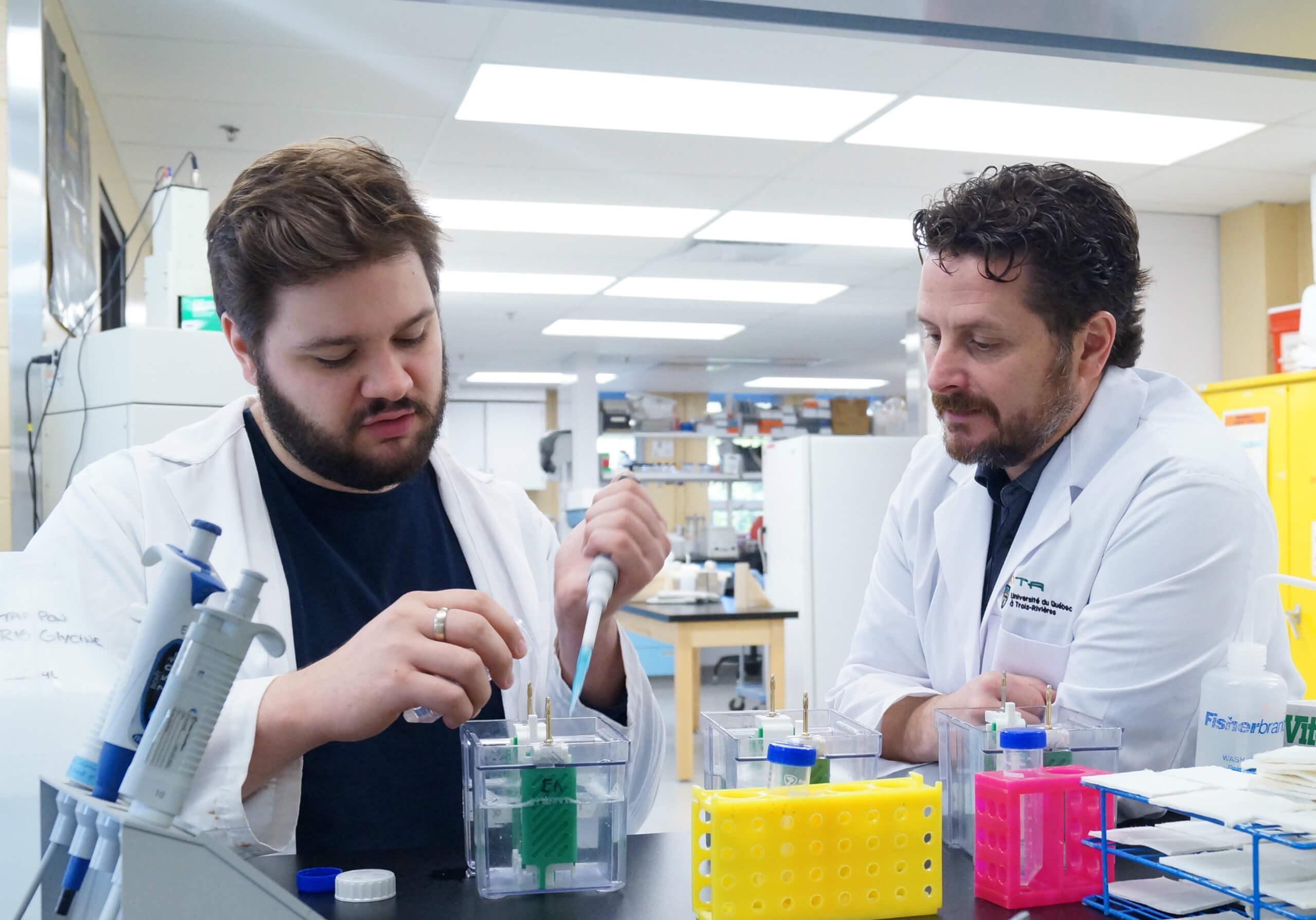 Le doctorant François Fabi et le professeur Éric Asselin du Département de biologie médicale de l'UQTR, également directeur Laboratoire de gynéco-oncologie moléculaire.