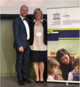M. Sébastien Goupil, secrétaire général de la Commission canadienne pour l'UNESCO, en compagnie la professeure Carmen Dionne.