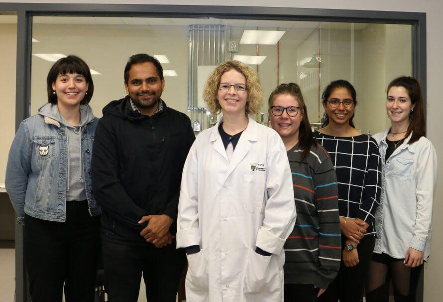 La professeure Shari Forbes, en compagnie d'une équipe d'étudiants-chercheurs.