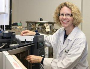 La professeure Shari Forbes utilise ici un appareil lui permettant d'établir le profil chimique des odeurs.