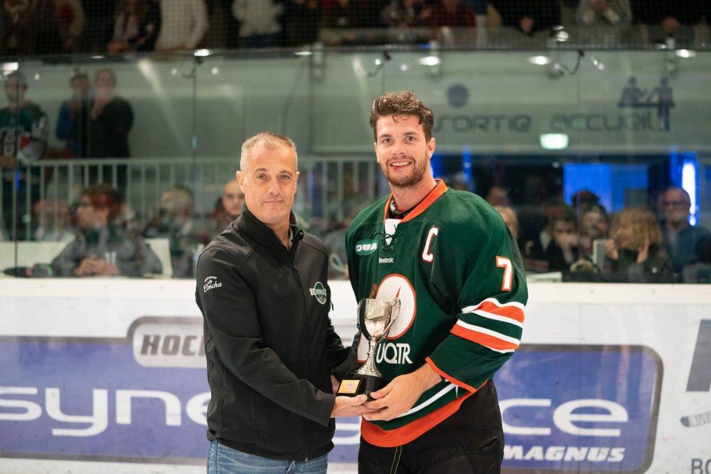 Guillaume Beaudoin, le capitaine des Patriotes, reçoit le trophée de la victoire.