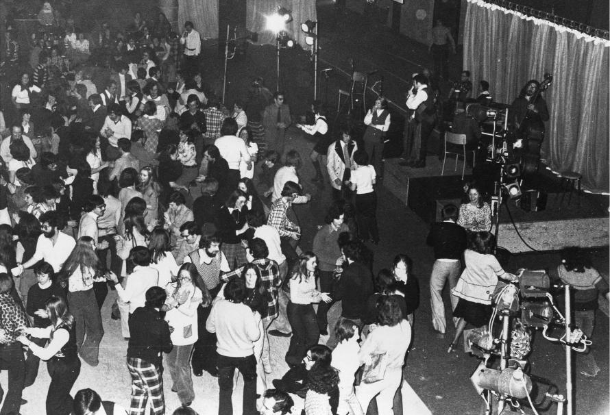 Près de 800 personnes se réunissent lors d'une Veillée québécoise organisée lors des festivités du 5e anniversaire de l'UQTR en 1974.