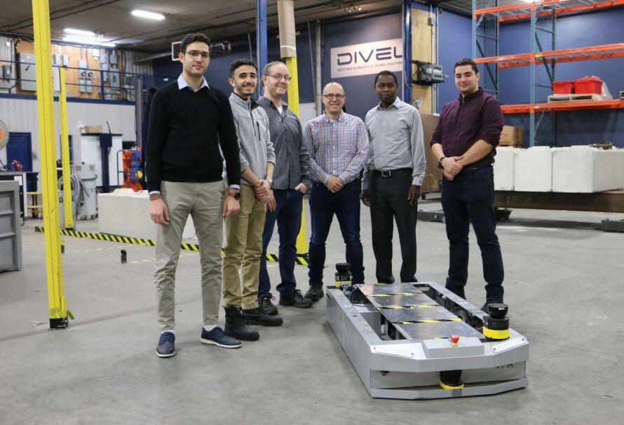 Des membres de l'équipe de la Chaire DIVEL présentent leur prototype de véhicule autoguidé (2019).
