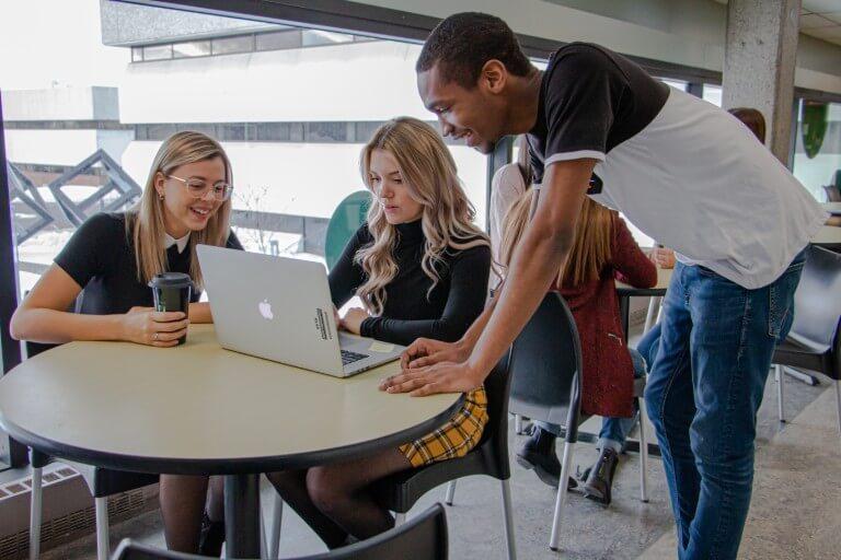 La cafétéria est un espace privilégié pour travailler en équipe ou se retrouver entre amis