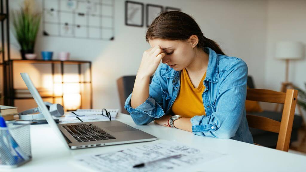 Des chercheurs de l'UQTR s'intéressent à l'impact du télétravail sur les maux de têtes et les douleurs au cou